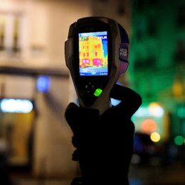 Dans le cadre de l'Agenda 21, le Service Environnement Développement durable de la ville de Puteaux, organise une fois par an une balade thermique à travers les rues de la commune. Cette balade permet de traquer les déperditions d'énergie et les défauts d'isolation à l'aide d'une caméra infrarouge.La thermographie infrarouge consiste à convertir les températures observées en une image colorisée. Les basses températures apparaissent ainsi dans les tons violets et les hautes températures dans les jaunes. Réalisée à l'aide d'une caméra thermique, cette technique est idéale pour repérer les fuites d'énergie et les défauts d'isolation des bâtiments (ponts thermiques, tassements d'isolants et problèmes d'étanchéité).Cette caméra thermique peut être mise gratuitement à disposition des habitants de la commune pour les aider à réaliser un bilan thermique de leur habitation.